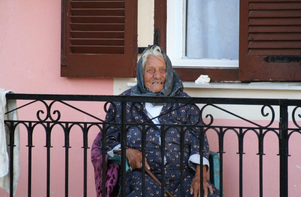 Külanaine Korfu saarel.