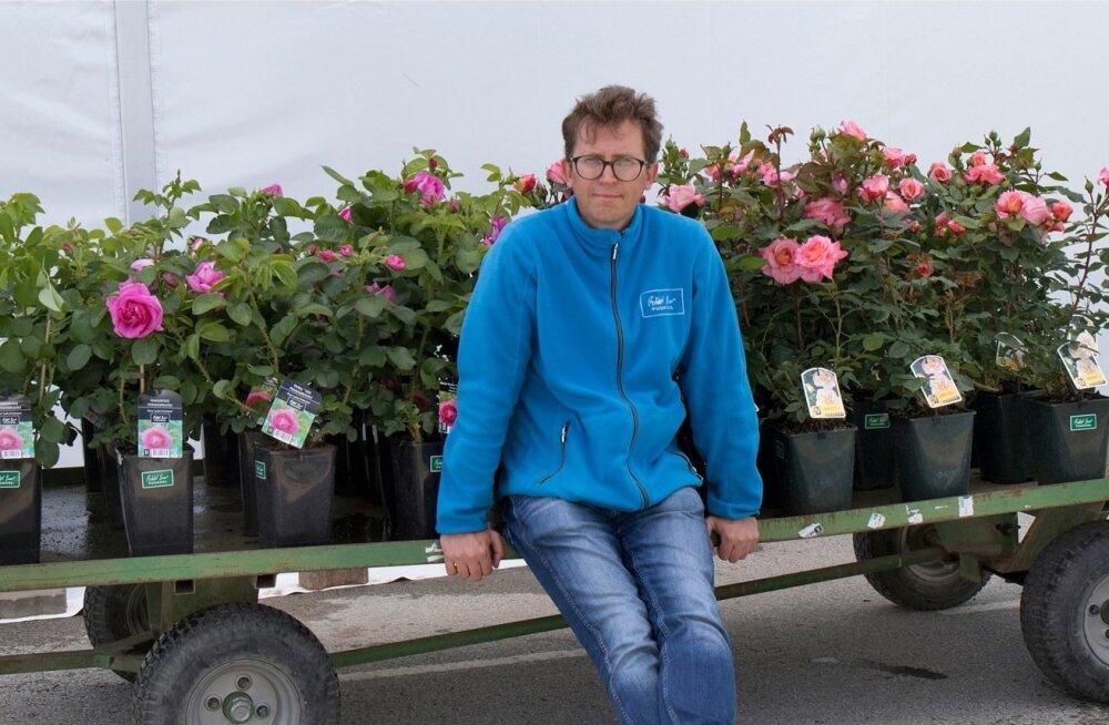 """""""Aianduses on väga oluline emotsioon, mida me lillede ilust saame,"""" teatab Hansaplanti tootmisjuht Mihkel Saar oma istikute keskel."""