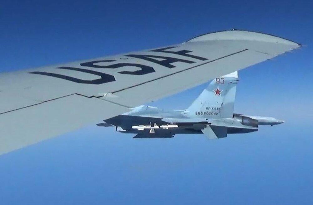 FOTOD ÕHUST   Vene hävitaja möödus Läänemere kohal NATO lennukist ülilähedalt