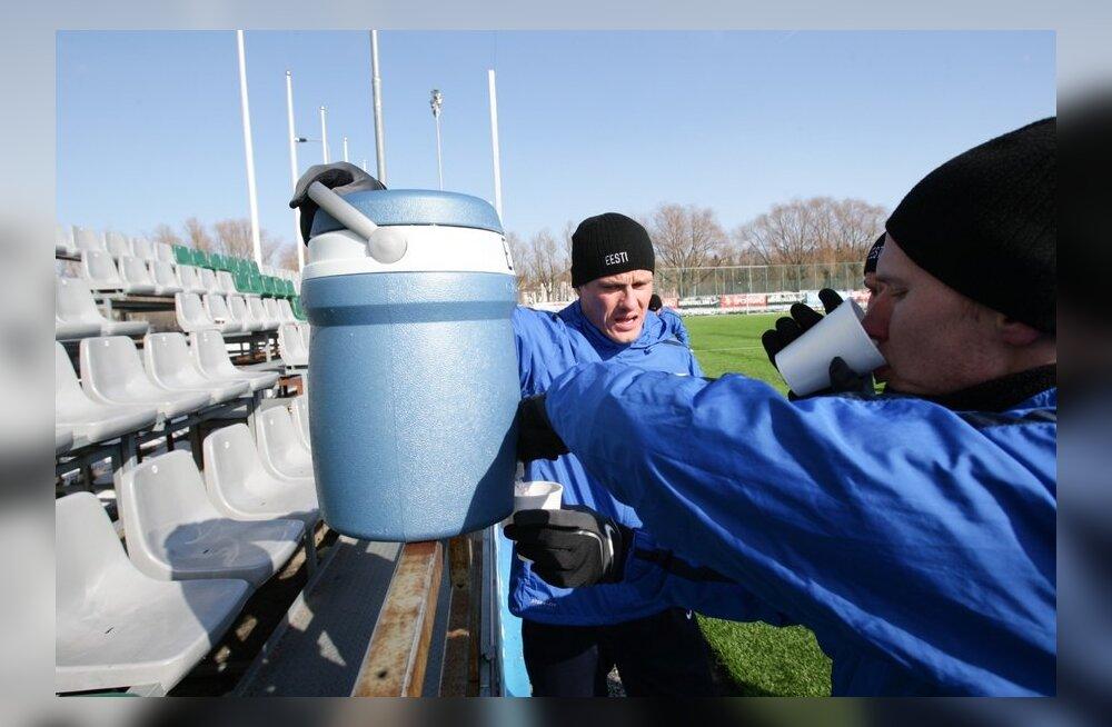 ФОТО: Черничный кисель согревал футболистов сборной Эстонии на тренировке