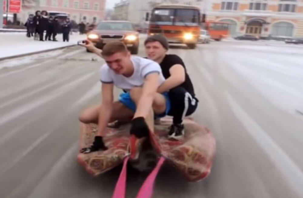 VIDEO   Idioodid või võlurid? Nižni Novgorodi noored täkud sidusid auto külge vaiba ja perutasid sellega mööda linna ringi