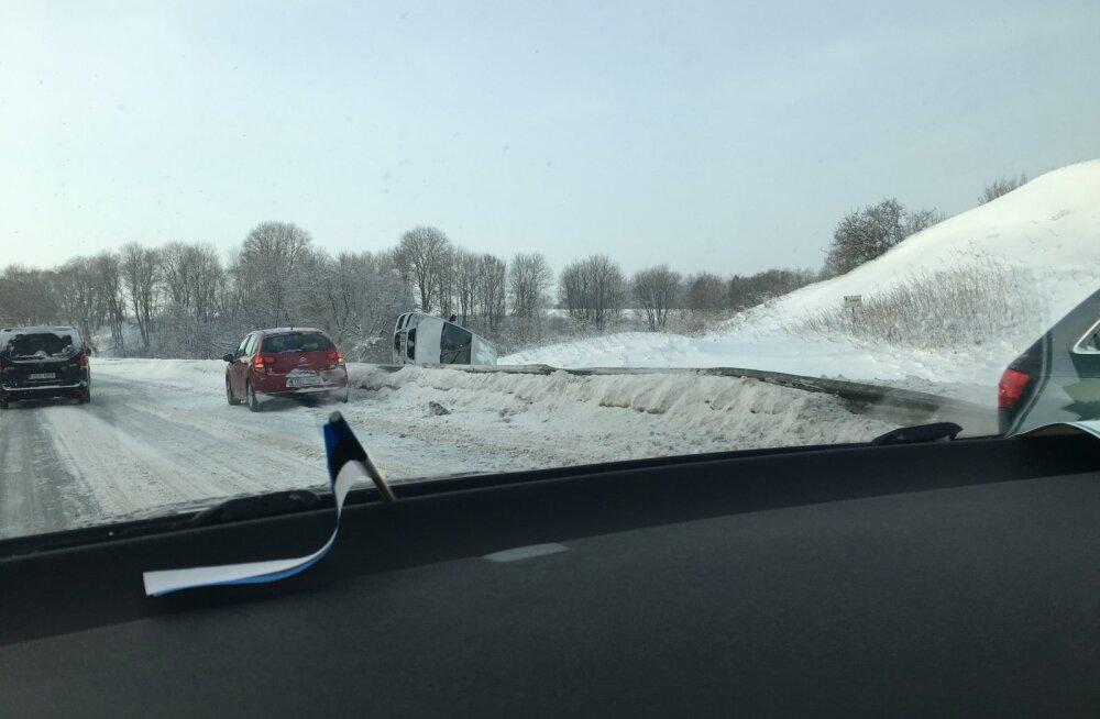 FOTO | Padaorus paiskus sõiduauto teelt välja külili, Saka–Toila teel vajus kraavi buss