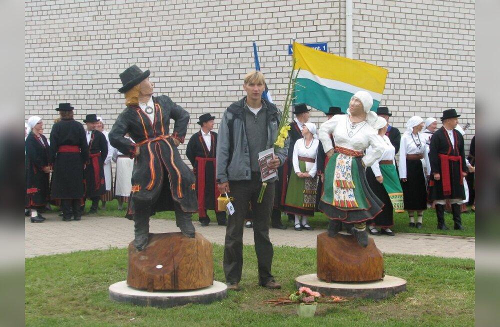 Tantsivad puumulgid ja skulptor Martti Kalamees. (Foto: Maire Torim)