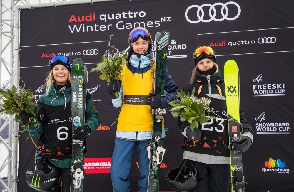 Võiduka Kelly Sildaru (keskel) kõrval kerkisid poodiumile ka Giulia Tanno (vasakul) ja Jennie-Lie Burmansson.