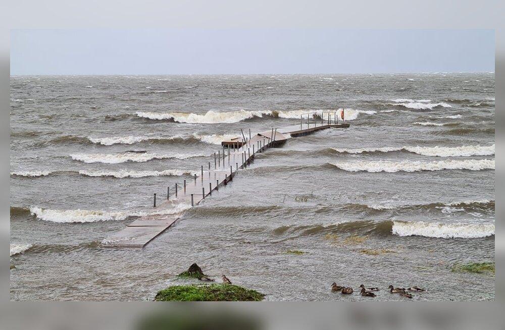 Tormituuled läksid Kärdla ujumissilla kallale.
