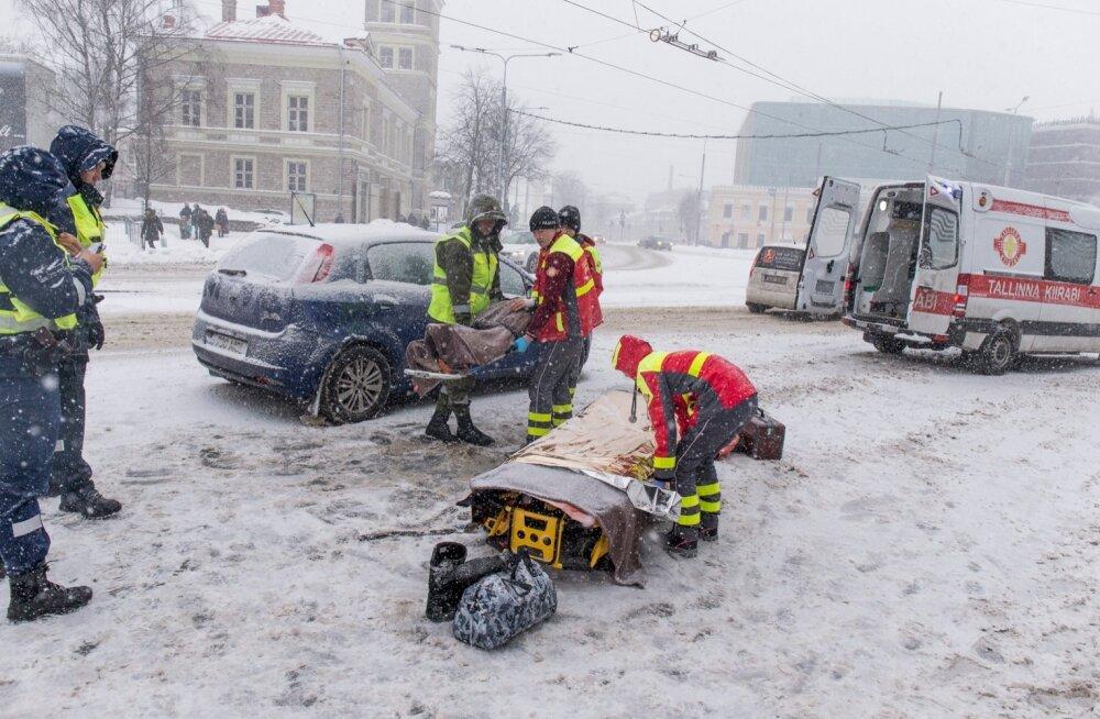 Viru keskuse juures jäi jalakäia auto alla
