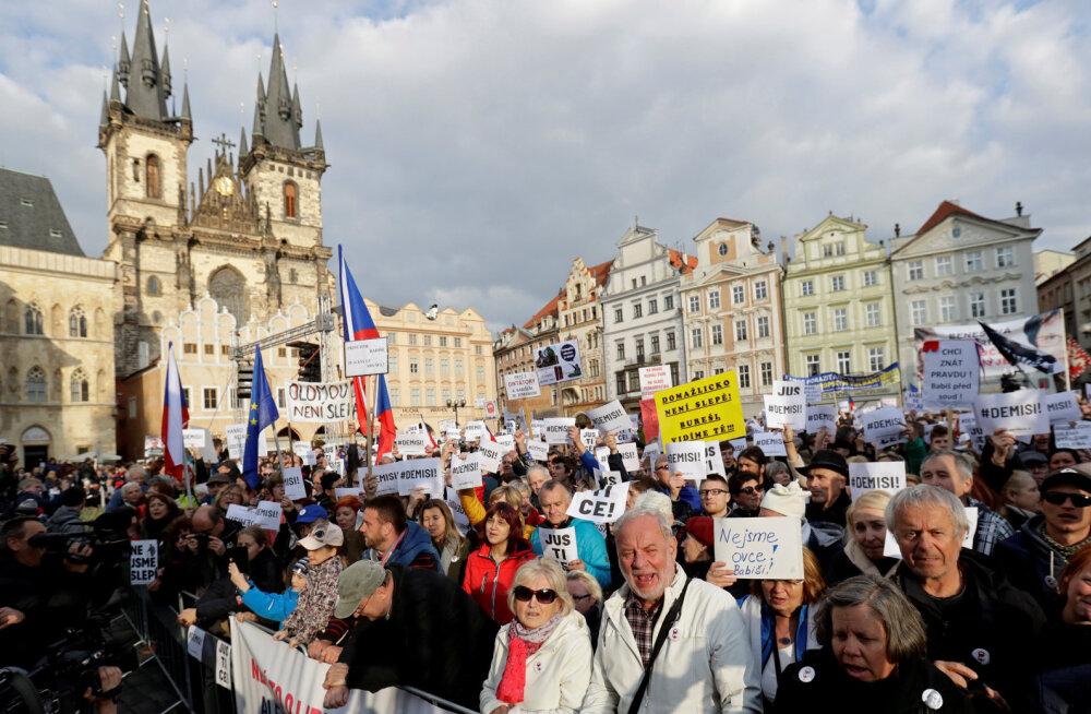 """""""Ты слишком засиделся!"""": участники масштабного митинга в Праге потребовали отставки премьер-министра Чехии"""
