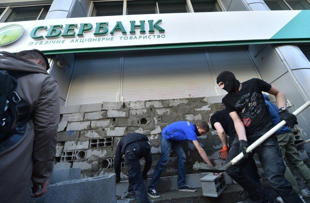 UKRAINE-RUSSIA-CONFLICT-BANKING-DEMO