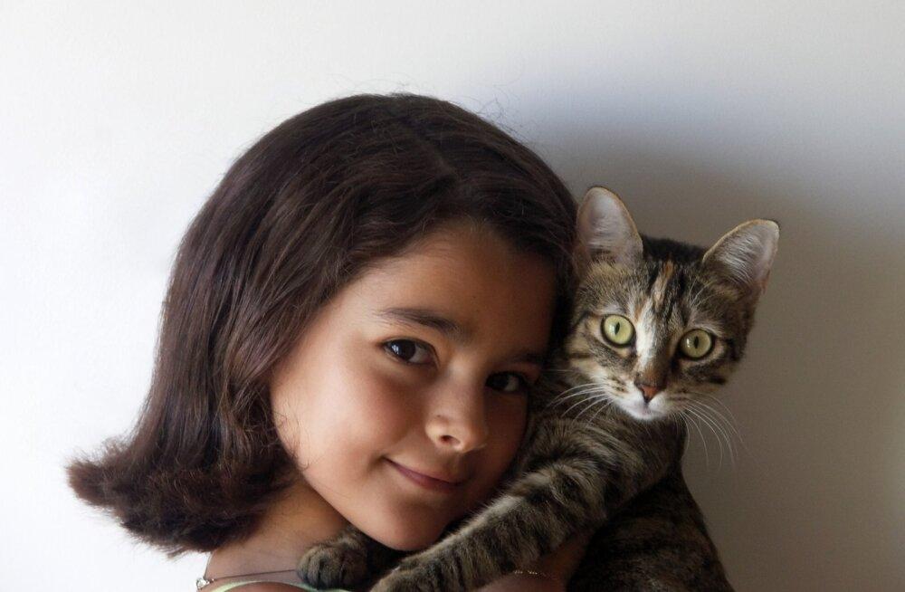 Kas sinu kass armastab sind? 10 viisi, kuidas ta seda välja näitab!