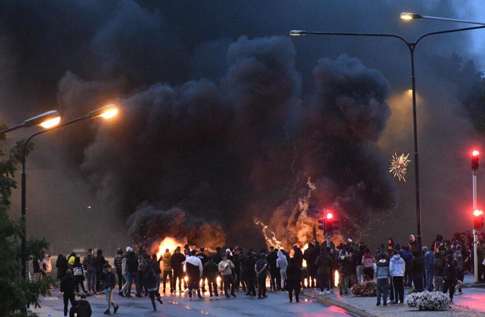 FOTOD ja VIDEOD   Malmö linna tänavatel hakati pärast koraani põletamist mässama: politseinikke visati kivide ja põlevate esemetega