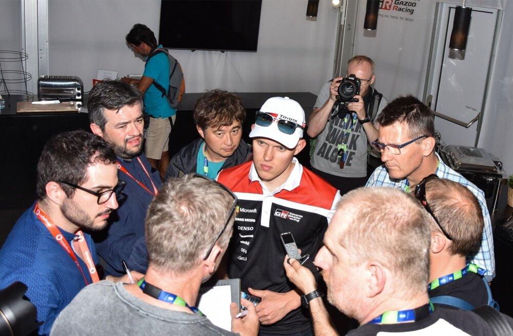 Ott Tänak sattus Portugali rallil Toyota tiimi meediatunnil enda jaoks harjumuspäraselt ajakirjanike piiramisrõngasse.