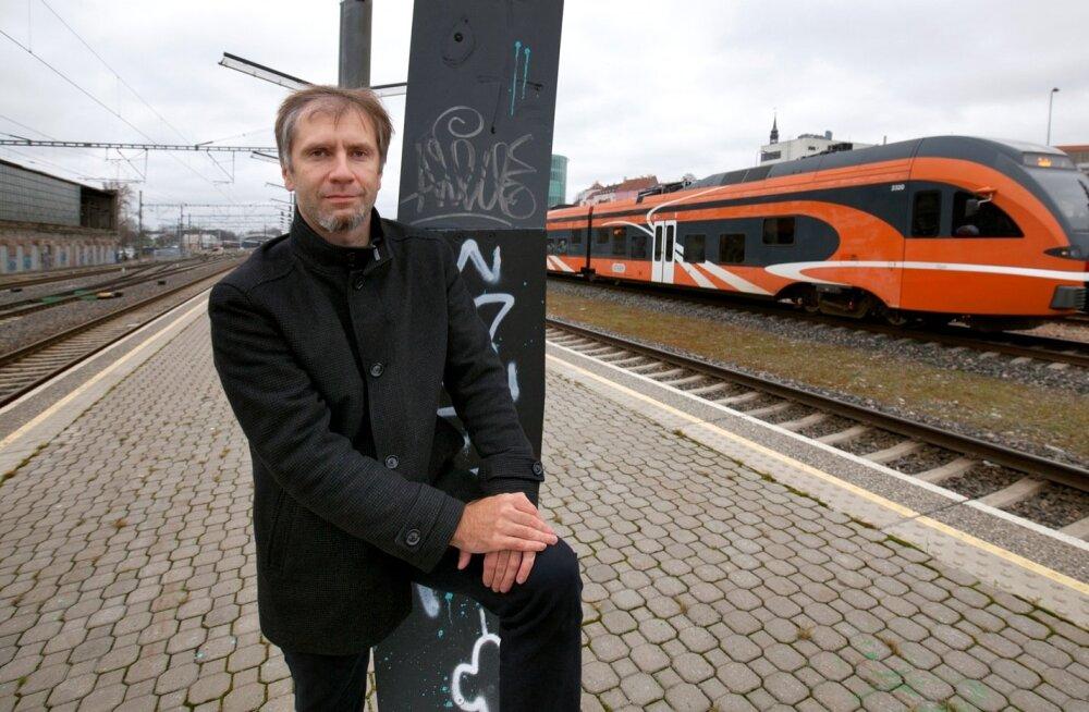 Roland Müür ütleb, et see, millal rongid hakkavad trassil sõitma, oleneb sellest, kui kiiresti toimub ehituslubade väljastamine, millised nõuded tekivad aja jooksul juurde ning kuidas kulgevad kohtuprotsessid, millest kõige mahukama on kokku pannud Avalik