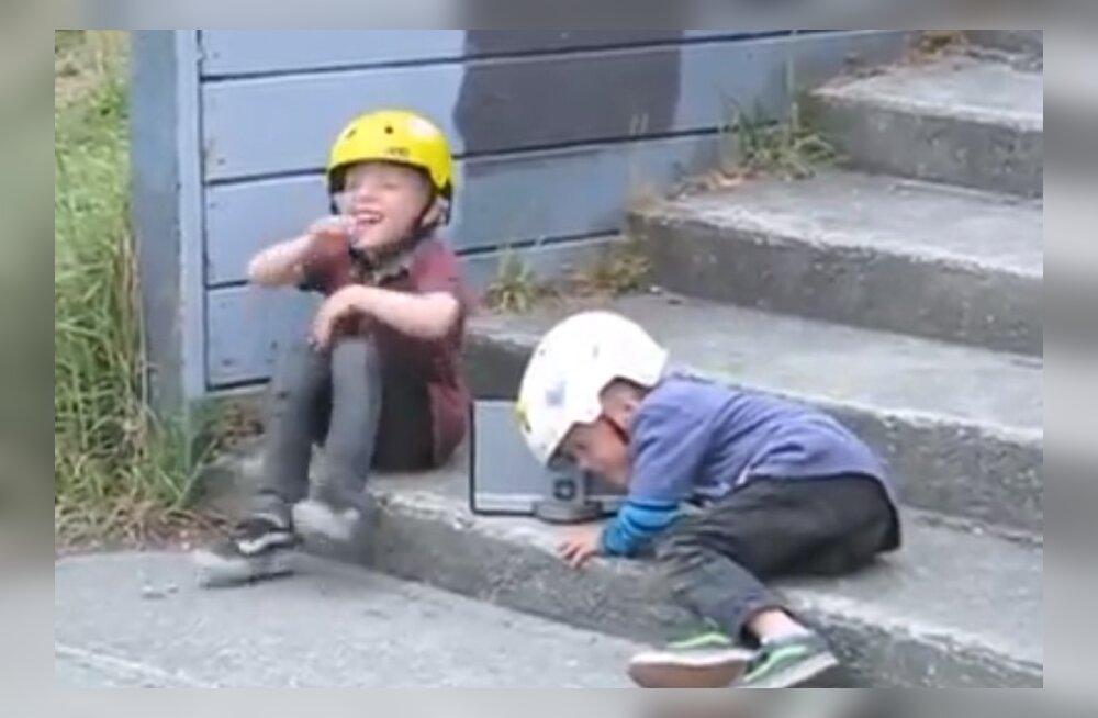 LAHE VIDEO: Oota, kuni neid sõitmas näed! Need ägedad 4-aastased kaksikvennad on kui ratta selga sündinud