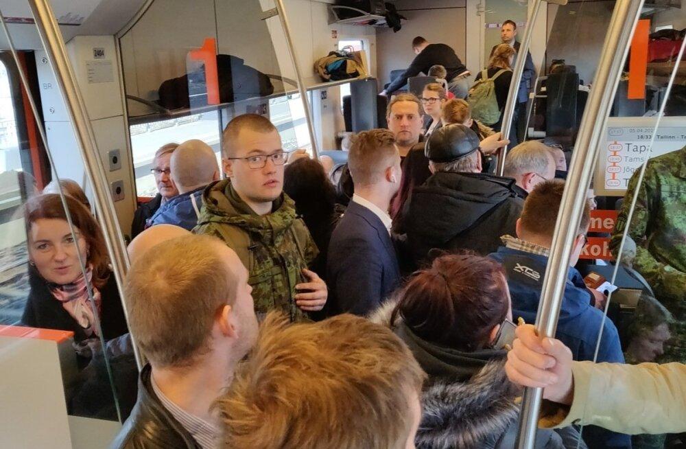 ФОТО: В пятницу пассажиры Elron ехали в Тарту как сельдь в бочке