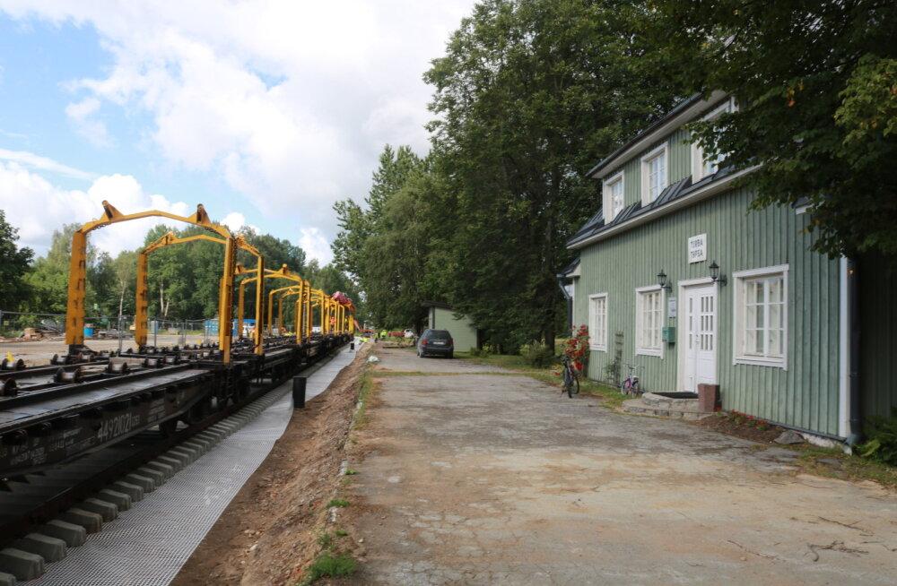 FOTOD | Riisipere-Turba raudteele paigaldati viimased rööpad