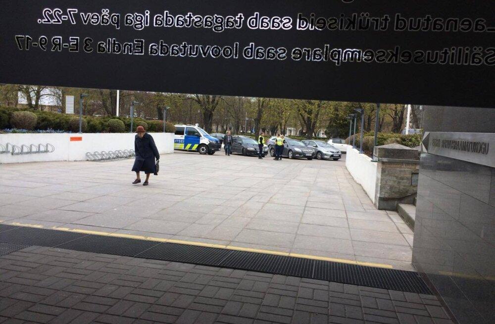 FOTOD: Rahvusraamatukogule tehti pommiähvardus