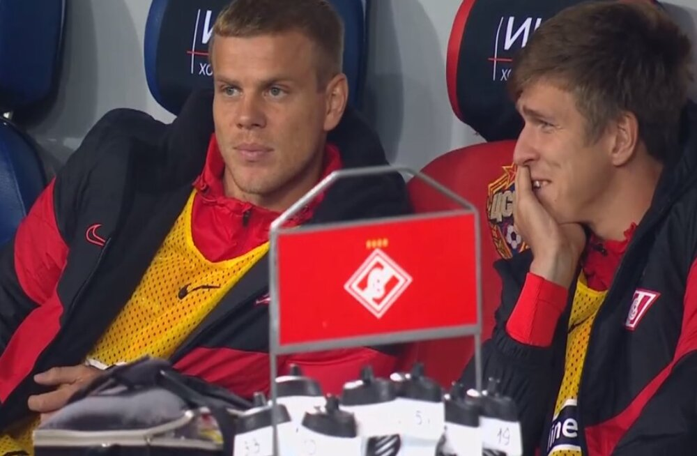 Александр Кокорин - слева - наблюдает за игрой
