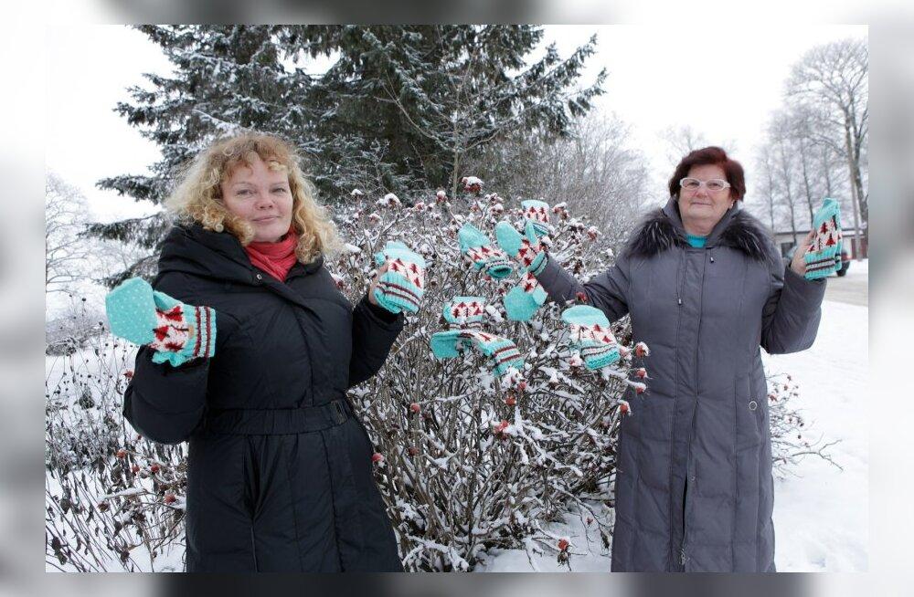 Sirle Reiu ja Viivi Poola - kootud labakindad Saku õlletehasele