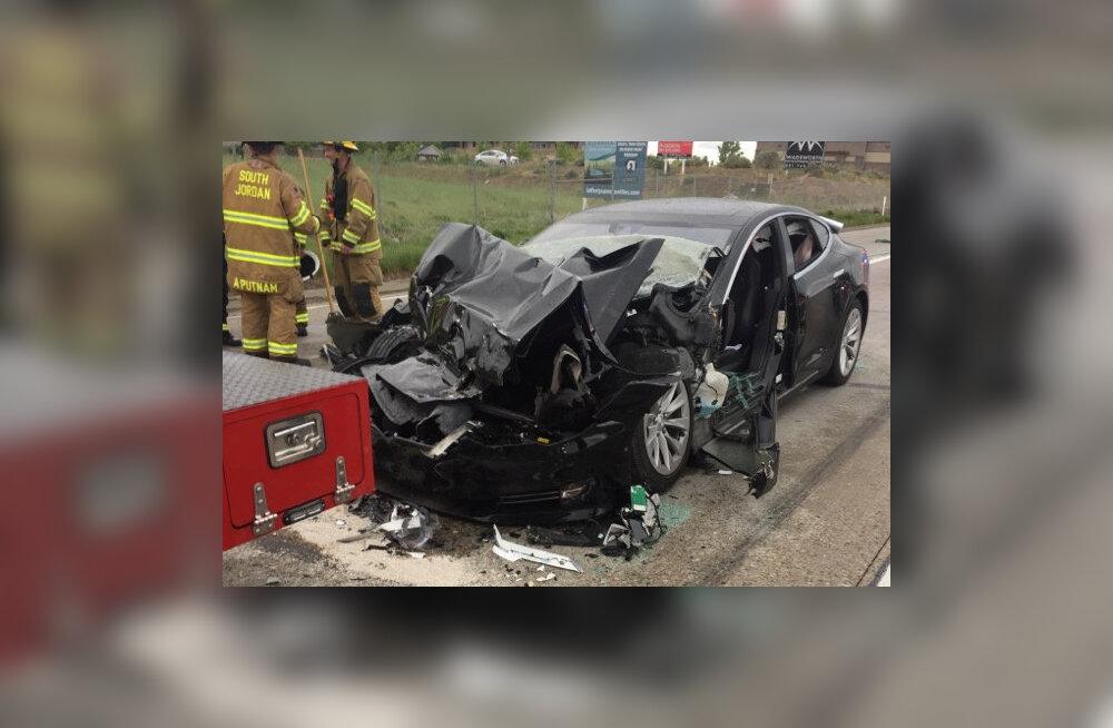 Autopiloodil Tesla sõitis tuletõrjeautole sisse