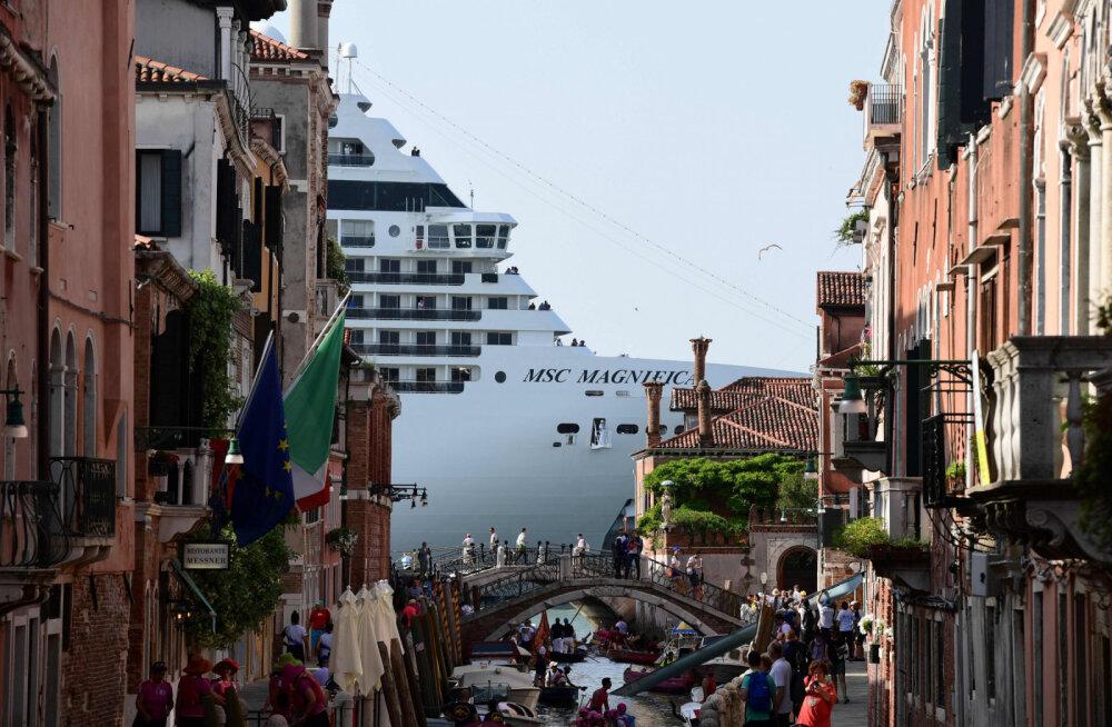 Круизный лайнер самоизолировался на полтора месяца в открытом океане