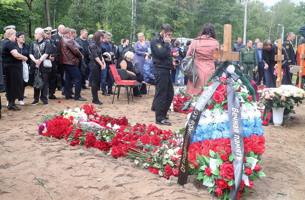 Vene allveelaevapõlengus hukkunud meremehed maeti kinnise tseremooniaga Peterburi kalmistule