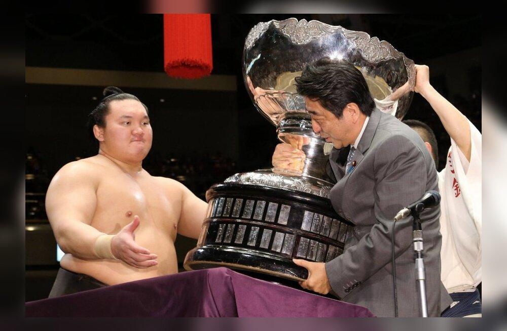 Yokozuna Hakuho saab Jaapani peaministrilt võidukarika