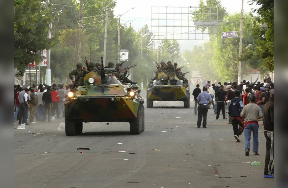 Servicemen drive armoured vehicles in the city of Osh in southern Kyrgyzstan June 11, 2010. At least 12 people were killed and 126 were wounded during the violence in southern Kyrgyzstan on Friday, the Health Ministry said.  REUTERS/Alexei Osokin  (KYRGYZ