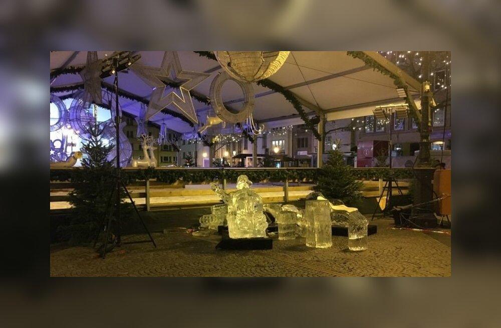 Kokkuvarisenud jääskulptuur Luksemburgi jõuluturul