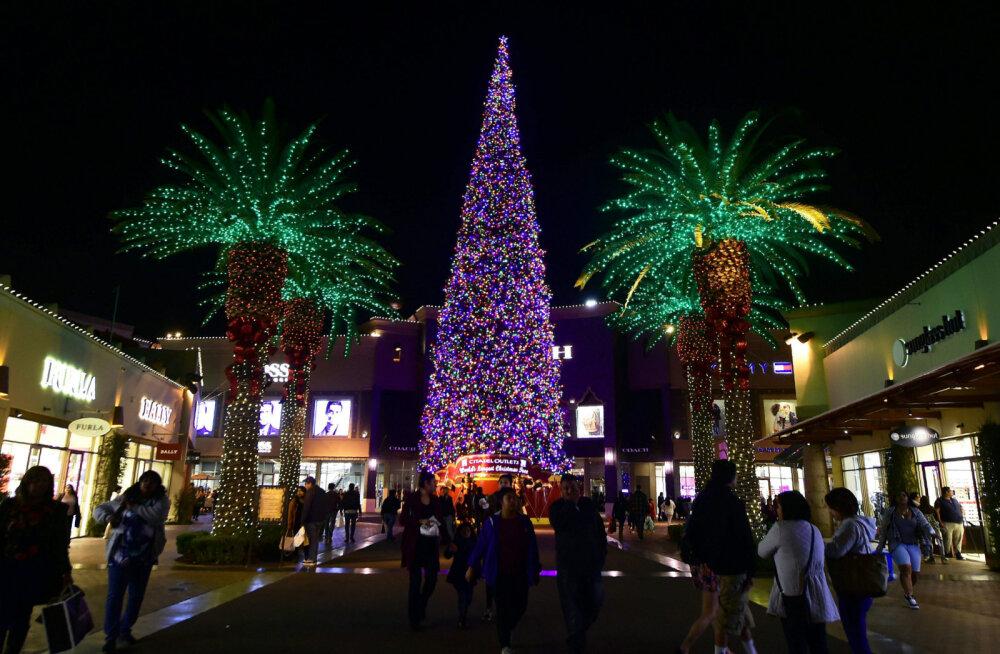 ВИДЕО: В США украсили фонарями самую большую в мире живую рождественскую елку
