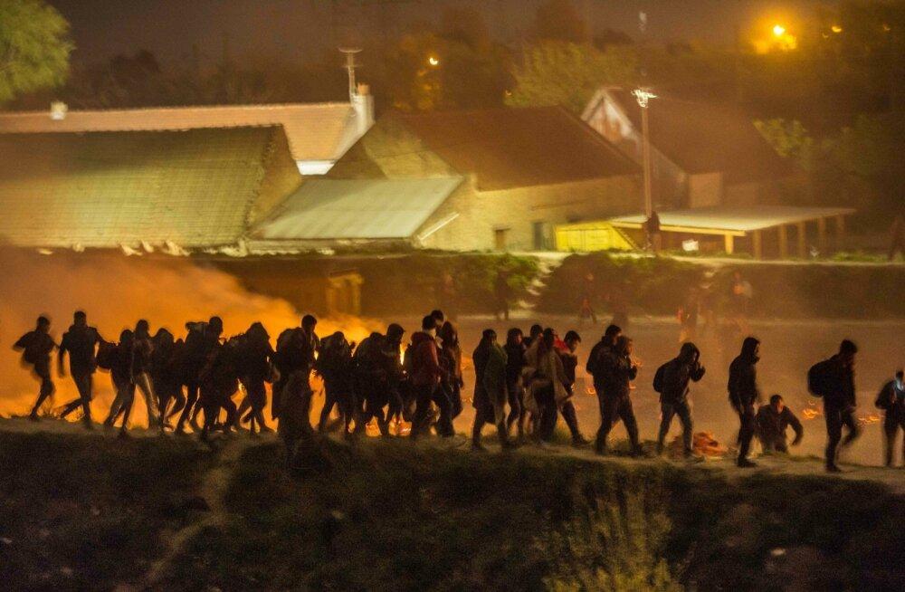 ФОТО: На севере Франции сгорел лагерь мигрантов