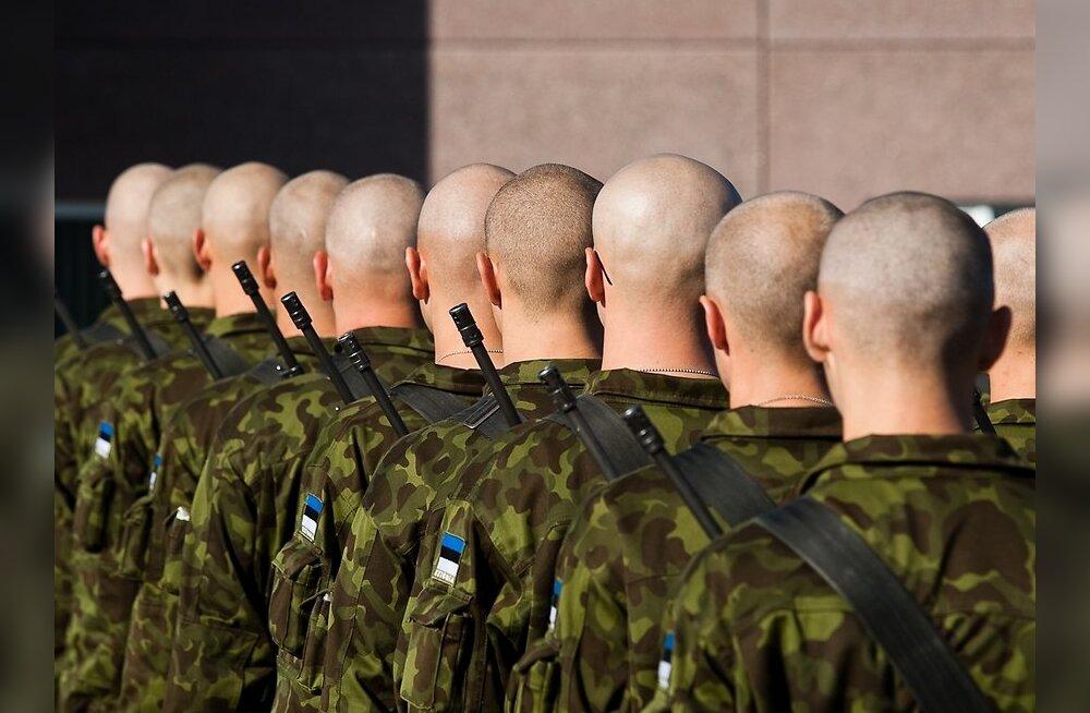 Sõjakooli õppurid marsivad läbi Tartu