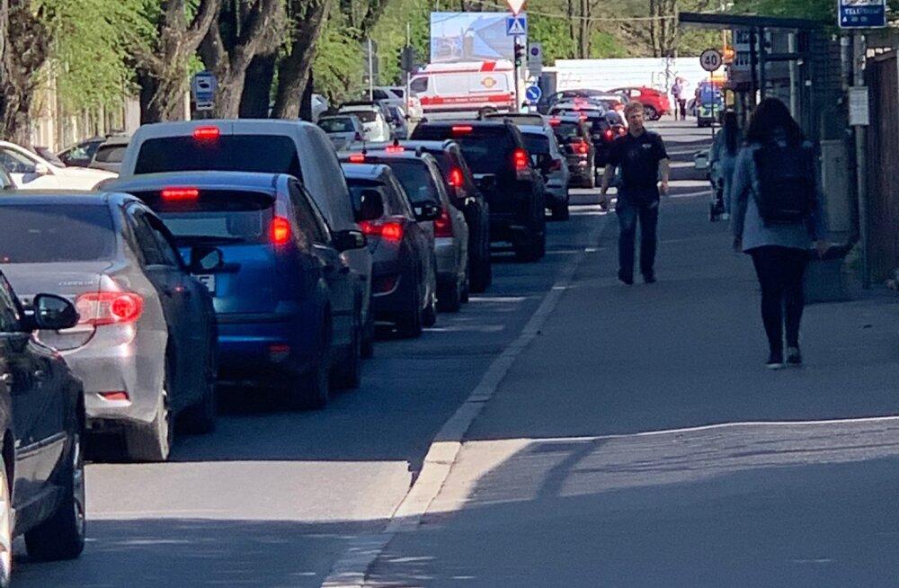Foto on tehtud Tehnika tänaval, kus õnnetuse tõttu hetkel ummik.