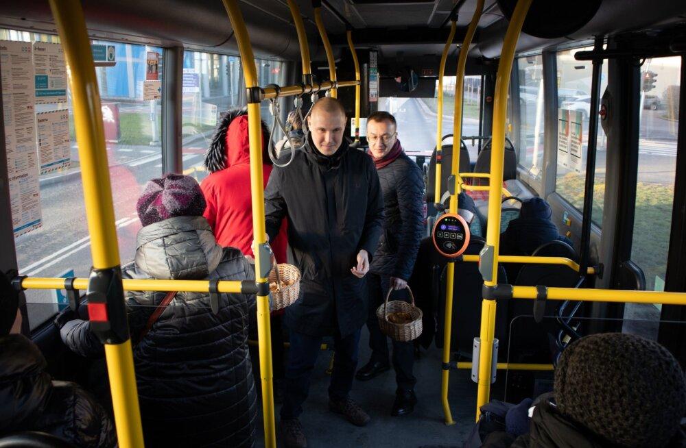 Таллиннские соцдемы в общественном транспорте поздравили народ с Новым годом