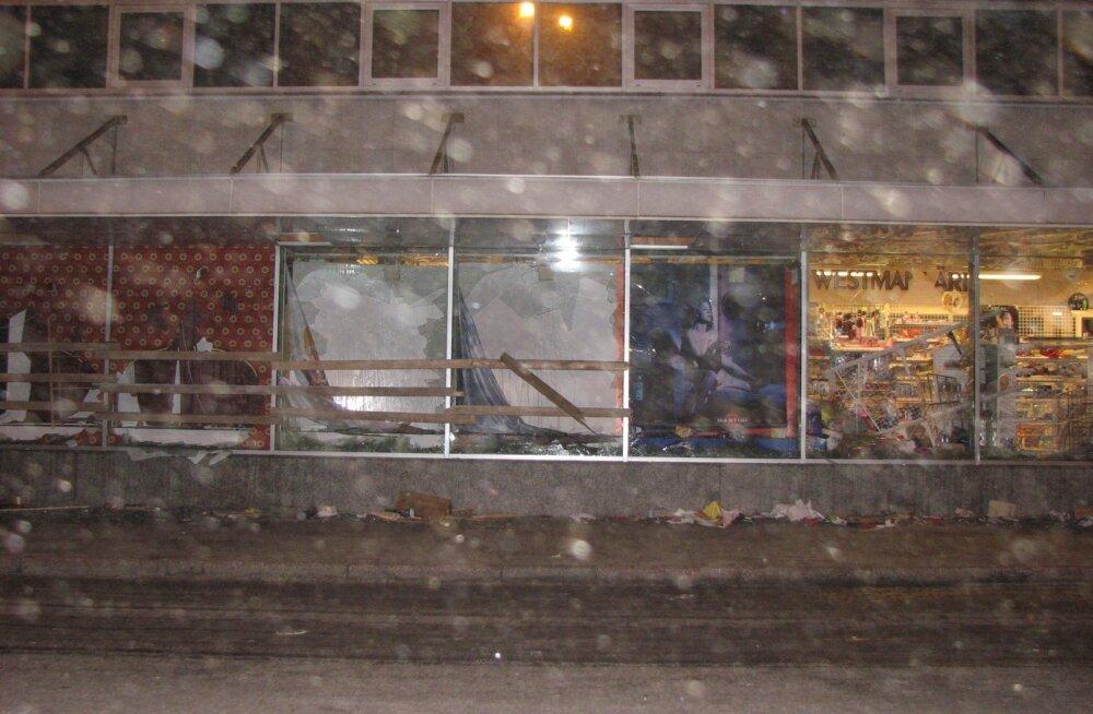 Selline vaatepilt lõhutud kesklinnast avanes president Toomas Hendrik Ilvest pronksiööl sõidutanud auto aknast. Pildid tegi presidenti tol ööl saatnud meeskond.