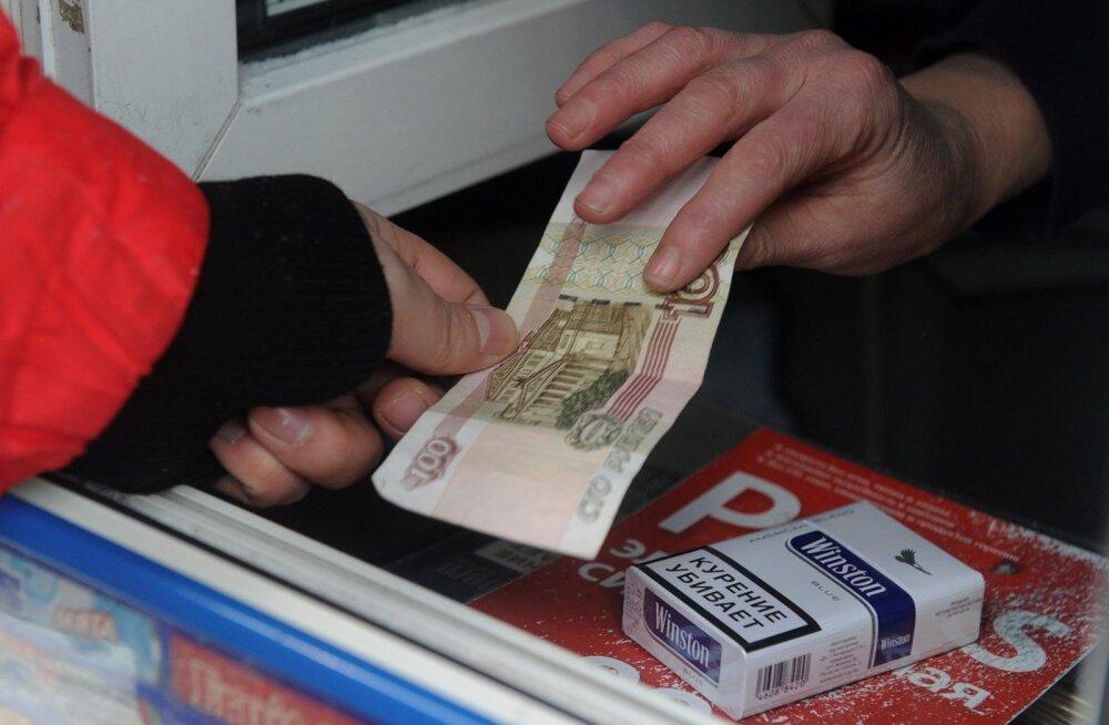 Mees Moskvas sigarette ostmas.