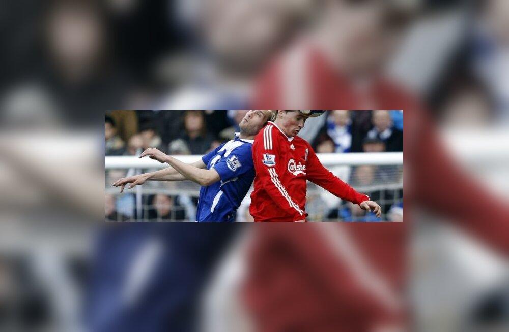 Fernando Torres  (Liverpool) võitluses peapalli pärast