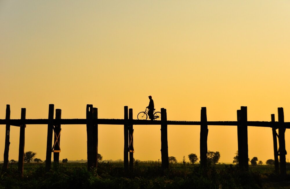 Siluetid aitavad luua põnevaid loojangufotosid, nagu näiteks see Myanmaris U Beini sillal pildistatud jalgrattur.