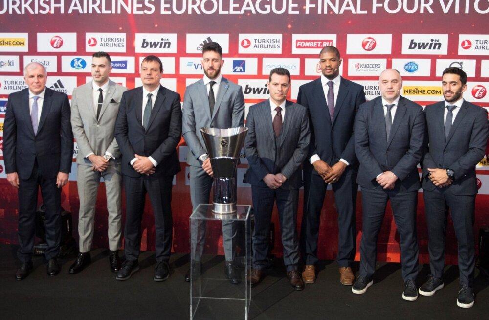 Päev enne finaalturniiri algust poseerisid peatreenerid ja juhtivad mängijad Euroliiga trofee taustal.