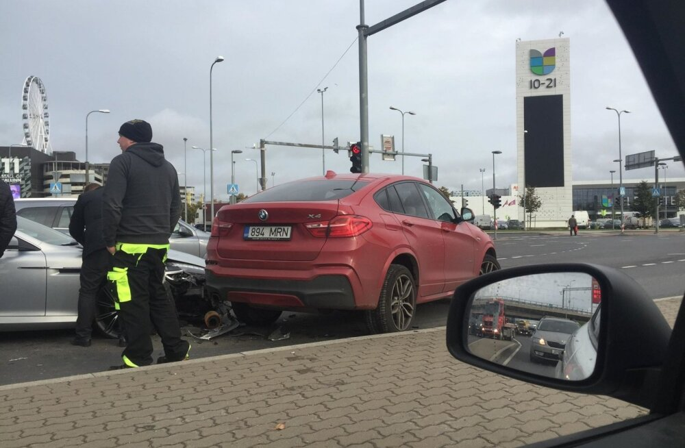 ФОТО | ДТП у торгового центра Ülemiste вызвало пробку на Тартуском шоссе