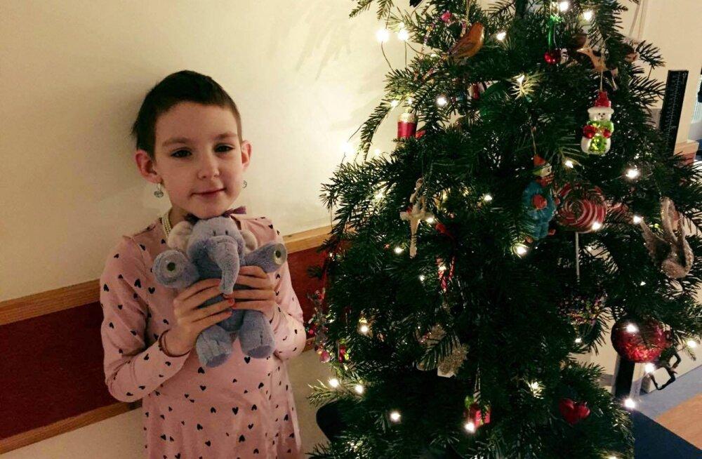 FOTO: Väike vapper Annabel, kelle abipalve meile kõigile hinge läks, saadab jõulutervitused Tallinna Lastehaiglast