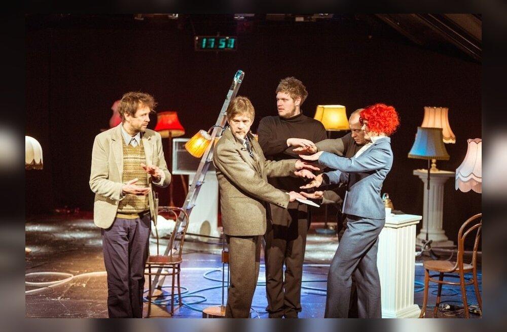 3 Lavastaja G – Uku Uusberg (kõige pikem) otsib koos Eesti kolleegidega ühist energiat. Temaga on pangast teatridirektoriks tulnud Viktoria – Harriet Toompere (paremal) ja tema mees, intellektuaal, tõlk Viktor – Tõnu Oja (vasakult teine). Ivo Uukkivi (va