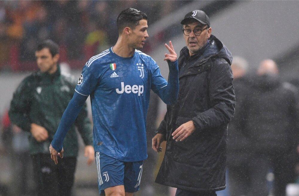 Cristiano Ronaldo annab Maurizio Sarrile märku, et ta oleks pidanud ikka lõpuvileni mängima.