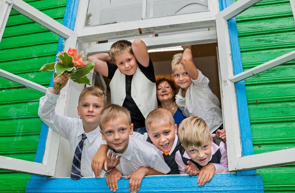 Unipiha algkooli esimesse klassi läks kuus poissi. Alumine rida – Joosep Kroon, Janor Rosumovski, Andreas  Parol, Tristian Klimbek; ülemine rida – Ralf Plumer, direktor Eha Jakobson ja Aleks Aavik.
