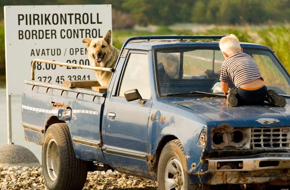 Ruhnul on alati sõidetud ka niisuguste autodega, mis parasjagu liiguvad ja kohale viivad. Kuigi seadus muutub ja tehnoülevaatust väikesaartel enam teha pole vaja, peaks auto liiklemiseks siiski tehniliselt korras olema.