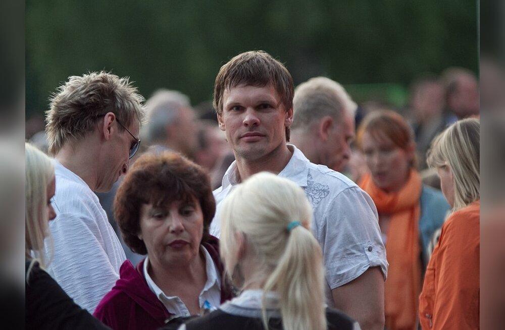 FOTO: Andrus Värnik nautis jaaniõhtut koos linnarahvaga