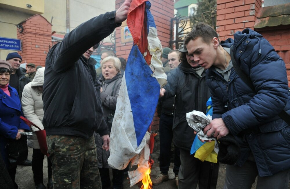 """FOTOD: Lavrov nõudis Kiievi """"kuraatoritelt"""" Savtšenko tõttu rünnaku alla sattunud Vene esinduste julgeoleku tagamist"""