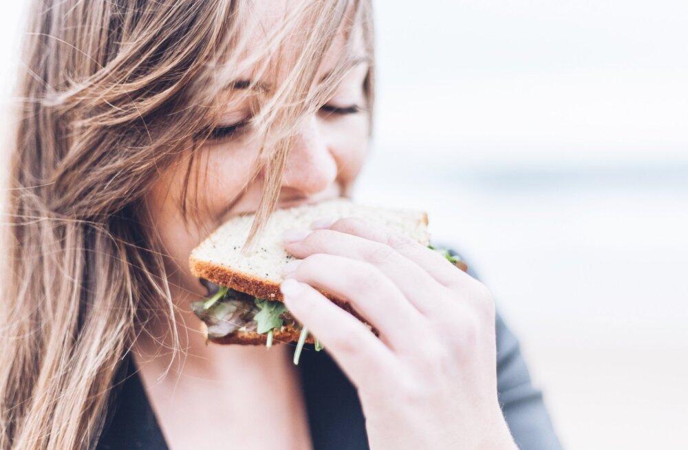 Kui tunned end päevade ajal täiesti kohutavalt, siis need on 20 toitu, mida sel ajal süüa, et end paremini tunda
