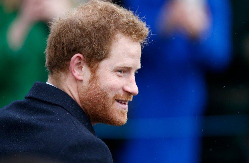 Prints Harry lasi end muusikafestivalil lõdvaks: menüüs õlu ja <em>selfie'd</em>