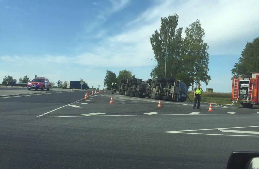 FOTO: Sõmerus keeras veoauto juht oma sõiduki külili