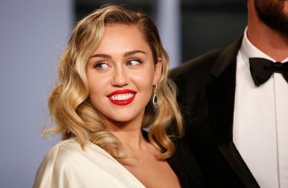 KUUM KLÕPS | Ikka paljas! Miley Cyrus esitles uut laulu ikka pluusita